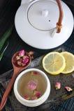 Θερμός αυξήθηκε τσάι και δοχείο τσαγιού Στοκ εικόνες με δικαίωμα ελεύθερης χρήσης