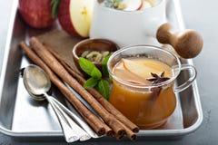 Θερμός μηλίτης μήλων με τα καρυκεύματα Στοκ Εικόνες