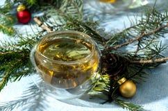 Θερμός Χριστουγέννων τσαγιού κώνος φλυτζανιών γυαλιού σφαιρικός στοκ εικόνες με δικαίωμα ελεύθερης χρήσης