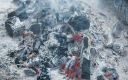 Θερμότητα από τη μμένη ξύλινη σύσταση κούτσουρων Τέφρα στην εστία σε ένα PIC Στοκ φωτογραφία με δικαίωμα ελεύθερης χρήσης