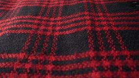 Θερμό ελεγμένο μαντίλι, κόκκινα και μαύρα χρώματα 4K ψήφισμα φιλμ μικρού μήκους
