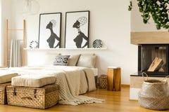 Θερμό εσωτερικό κρεβατοκάμαρων με την εστία στοκ φωτογραφίες με δικαίωμα ελεύθερης χρήσης