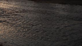 Θερμό ηλιοβασίλεμα σε έναν ποταμό μπροστά από ένα κάστρο - περιορισμός απόθεμα βίντεο