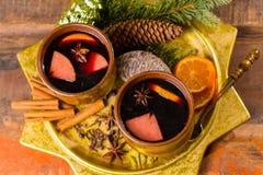 Θερμό θερμαμένο κρασί για τις ημέρες των Χριστουγέννων, που προετοιμάζονται με το μήλο, πορτοκάλι Στοκ Εικόνες