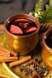 Θερμό θερμαμένο κρασί για τις ημέρες των Χριστουγέννων, που προετοιμάζονται με το μήλο, πορτοκάλι Στοκ φωτογραφία με δικαίωμα ελεύθερης χρήσης
