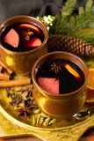 Θερμό θερμαμένο κρασί για τις ημέρες των Χριστουγέννων, που προετοιμάζονται με το μήλο, πορτοκάλι Στοκ εικόνες με δικαίωμα ελεύθερης χρήσης