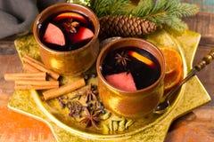 Θερμό θερμαμένο κρασί για τις ημέρες των Χριστουγέννων, που προετοιμάζονται με το μήλο, πορτοκάλι Στοκ Φωτογραφίες