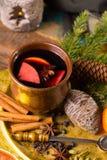 Θερμό θερμαμένο κρασί για τις ημέρες των Χριστουγέννων, που προετοιμάζονται με το μήλο, πορτοκάλι Στοκ φωτογραφίες με δικαίωμα ελεύθερης χρήσης