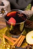 Θερμό θερμαμένο κρασί για τις ημέρες των Χριστουγέννων, που προετοιμάζονται με το μήλο, πορτοκάλι Στοκ Φωτογραφία
