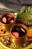 Θερμό θερμαμένο κρασί για τις ημέρες των Χριστουγέννων, που προετοιμάζονται με το μήλο, πορτοκάλι Στοκ Εικόνα