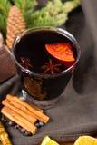 Θερμό θερμαμένο κρασί για τις ημέρες των Χριστουγέννων, που προετοιμάζονται με το μήλο, πορτοκάλι Στοκ εικόνα με δικαίωμα ελεύθερης χρήσης