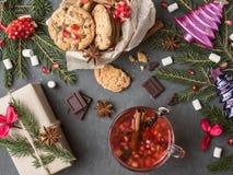 Θερμό κρασί στα μπισκότα κουπών δώρων κιβωτίων με τις διακοσμήσεις Χριστουγέννων σοκολάτας Στοκ Εικόνες