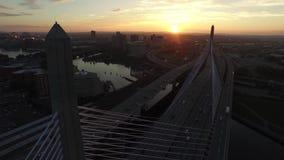 Θερμό πορτοκαλί ηλιοβασίλεμα βραδιού στον ουρανό πέρα από τη σύγχρονη οικοδόμηση ουρανοξυστών του στο κέντρο της πόλης 4k εναέριο απόθεμα βίντεο