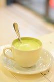 Θερμό πράσινο τσάι ενός φλυτζανιού πρίν πηγαίνει στο κρεβάτι Στοκ εικόνες με δικαίωμα ελεύθερης χρήσης