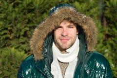 Θερμό σακάκι ένδυσης ατόμων αξύριστο με το χιονώδες υπόβαθρο φύσης γουνών Χειμερινή μόδα Hipster Προετοιμασμένος για τις καιρικές στοκ φωτογραφίες με δικαίωμα ελεύθερης χρήσης