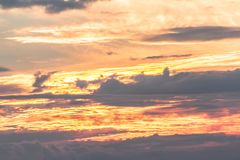 Θερμό τοπίο χρωμάτων ουρανού με τα σύννεφα Στοκ Φωτογραφία