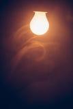 Θερμό φως λαμπτήρων βολβών στην ομίχλη Στοκ Φωτογραφία