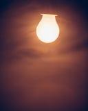 Θερμό φως λαμπτήρων βολβών στην ομίχλη Στοκ εικόνα με δικαίωμα ελεύθερης χρήσης
