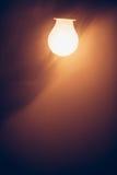 Θερμό φως λαμπτήρων βολβών στην ομίχλη Στοκ φωτογραφίες με δικαίωμα ελεύθερης χρήσης