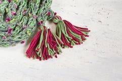 Θερμό χειμερινό μαντίλι με χρωματισμένος pompoms Στοκ φωτογραφία με δικαίωμα ελεύθερης χρήσης