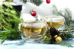 Θερμό Χριστουγέννων τσαγιού πεύκο φλυτζανιών γυαλιού σφαιρικό στοκ φωτογραφίες