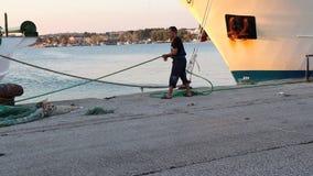 Θεσσαλονίκη, Ελλάδα - 24 Σεπτεμβρίου 2018: Άτομο που εργάζεται στο λιμάνι απόθεμα βίντεο