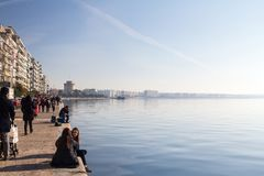 ΘΕΣΣΑΛΟΝΙΚΗ, ΕΛΛΑΔΑ - 24 ΔΕΚΕΜΒΡΊΟΥ 2015: Άσπρος πύργος που βλέπει από τη λεωφόρο νίκης προκυμαιών Θεσσαλονίκης, aka Nikis στοκ φωτογραφία με δικαίωμα ελεύθερης χρήσης