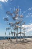 ΘΕΣΣΑΛΟΝΙΚΗ, ΕΛΛΑΔΑ - 29 ΜΑΐΟΥ 2017: Η εγκατάσταση ομπρελών στην προκυμαία Θεσσαλονίκης, Ελλάδα μια ηλιόλουστη ημέρα στοκ εικόνες