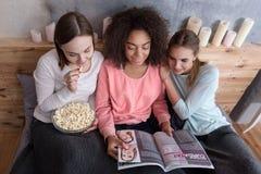 Θετικά κορίτσια που διαβάζουν το περιοδικό στην κρεβατοκάμαρα Στοκ εικόνες με δικαίωμα ελεύθερης χρήσης