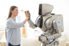 Θετικά κορίτσι και ρομπότ που δίνουν υψηλά πέντε Στοκ εικόνες με δικαίωμα ελεύθερης χρήσης