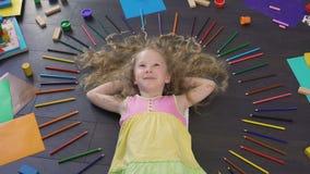 Θετικά σγουρός-μαλλιαρά να βρεθούν παιδιών στο πάτωμα και να ονειρευτούν παρουσιάζουν περίπου απόθεμα βίντεο