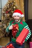 Θετικές σφαίρες διακοσμήσεων εκμετάλλευσης ατόμων παίρνοντας έτοιμος για τα Χριστούγεννα στοκ φωτογραφίες με δικαίωμα ελεύθερης χρήσης