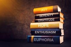 Θετική έννοια συγκινήσεων και συναισθημάτων με τους τίτλους βιβλίων Στοκ Φωτογραφίες