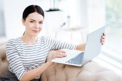 Θετική έξυπνη γυναίκα που εξετάζει σας Στοκ Εικόνες