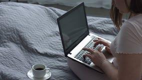 Θετική γυναίκα με lap-top στο κρεβάτι φιλμ μικρού μήκους