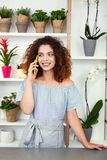 Θετική επιτυχής επιχειρηματίας που μιλά στο τηλέφωνο Στοκ Εικόνα