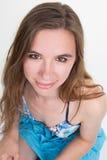 Θετική επιχειρησιακή γυναίκα που χαμογελά πέρα από την άσπρη ανασκόπηση Στοκ εικόνα με δικαίωμα ελεύθερης χρήσης