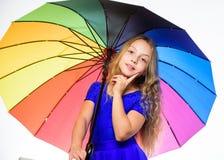 Θετική εποχή πτώσης παραμονής Το παιδί κοριτσιών έτοιμο συναντά τον καιρό πτώσης με τη ζωηρόχρωμη ομπρέλα Τρόποι να βελτιωθεί η δ στοκ φωτογραφίες