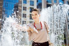 Θετική ευχαριστημένη γυναίκα που αισθάνεται τους παφλασμούς του νερού στοκ φωτογραφία με δικαίωμα ελεύθερης χρήσης
