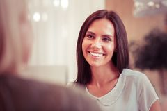 Θετική ευχαριστημένη γυναίκα που απολαμβάνει την ευχάριστη φιλική συζήτηση στοκ εικόνα με δικαίωμα ελεύθερης χρήσης