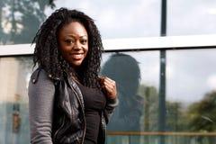 Θετική μαύρη γυναίκα τοποθέτησης στο σακάκι Στοκ εικόνες με δικαίωμα ελεύθερης χρήσης