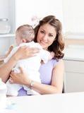 Θετική νέα μητέρα που κρατά το μωρό της Στοκ φωτογραφίες με δικαίωμα ελεύθερης χρήσης
