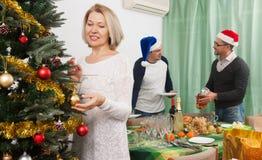 Θετική οικογένεια που εξυπηρετεί τον εορταστικό πίνακα Στοκ Φωτογραφίες