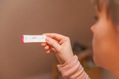 Θετική δοκιμή εγκυμοσύνης Στοκ φωτογραφία με δικαίωμα ελεύθερης χρήσης