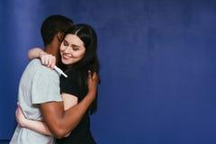 θετική δοκιμή εγκυμοσύν&e Ευτυχές μελλοντικό αγκάλιασμα γονέων στοκ φωτογραφία με δικαίωμα ελεύθερης χρήσης