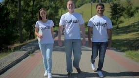 Θετική ομάδα εθελοντών που περπατούν κατά μήκος της πορείας απόθεμα βίντεο