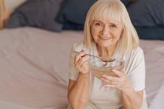 Θετική χαρούμενη γυναίκα που κρατά ένα κουτάλι Στοκ φωτογραφίες με δικαίωμα ελεύθερης χρήσης