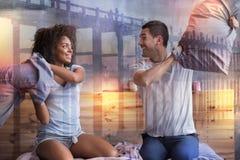 Θετική χαρούμενη πάλη ζευγών με τα μαξιλάρια Στοκ φωτογραφία με δικαίωμα ελεύθερης χρήσης