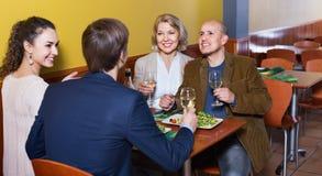 Θετικοί άνθρωποι μεσαίων τάξεων που απολαμβάνουν τα τρόφιμα και το κρασί Στοκ φωτογραφίες με δικαίωμα ελεύθερης χρήσης