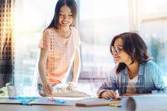 Θετικοί έξυπνοι σπουδαστές που μελετούν από κοινού Στοκ Φωτογραφία